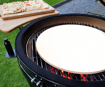 The perfect baking experience with the deflector (pizza stone)