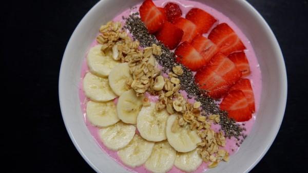 fitnessrezept-Smoothie-Bowl-mit-frischen-Erdbeeren