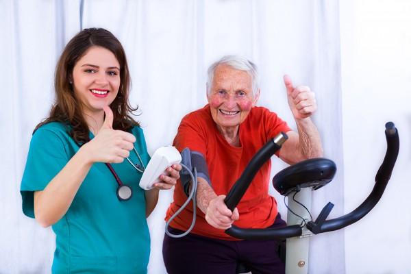 Blutdruckmessung und Sport beim Arzt