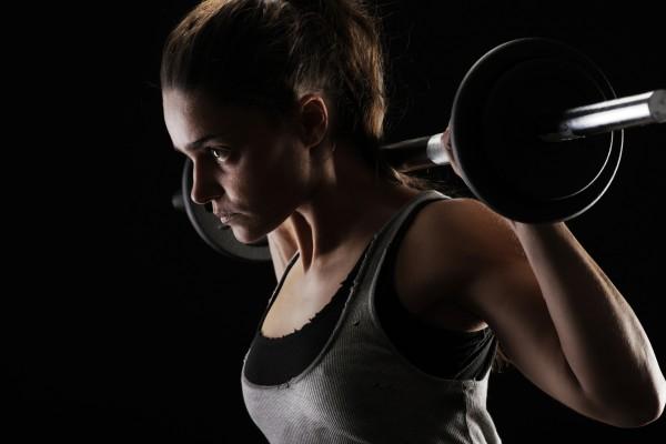 Frau-bei-Gewichtstraining