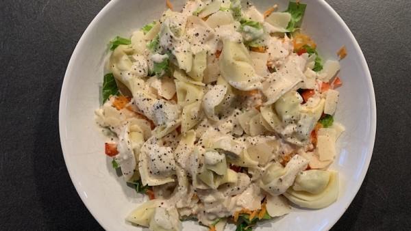 Salat-mit-Kr-uter-Tortellini-und-Parmesan-Dressing