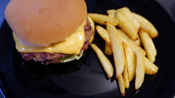 Vegane-Burger-mit-Kartoffelecken