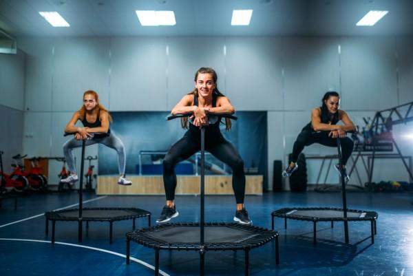 Gemeinsam trainieren auf Fitness Trampolin