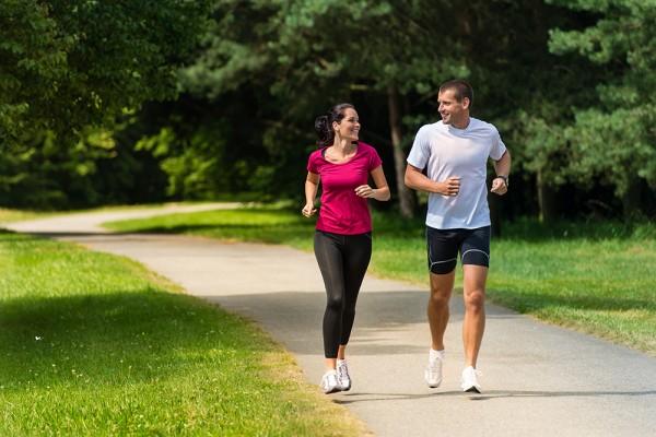 Joggen im Wald mit einem Sportkumpel